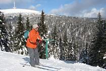 Lyžařské kurzy, hromadné výpravy, ale i vojáci nebo zahraniční turisté okupují tento týden nejvýše položený lyžařský areál v České republice, kterým je Sportovní centrum Figura v Jeseníkách.