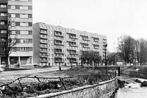 Moderní výstavba z osmdesátých let minulého století. V popředí ulice K. H. Máchy, v pozadí ulice Na Nábřeží v Bruntále.