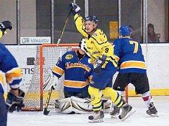 Krnovští hokejisté sehráli s Kopřivnicí vyrovnané utkání, hosté prokázali lepší koncovku. Na snímku vyrovnává na 2:2 Ondřej Pavlica (ve žlutém).
