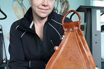 Eva Mistrová podepsala batůžek, s nímž vítězila ve fitness v zámoří, a který se rozhodla věnovat v rámci charitativní akce Deníku.