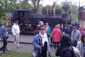 Menší lokomotiva Rešica musela zaskočit za porouchaný Malý Štokr, takže souprava měla o jeden vagon méně, ale jinak se společný výlet Města Albrechtic, Komprachtic a Zátoru vydařil skvěle.