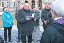Miloš Rejchrt (uprostřed s knihou) je evangelický farář, který se za normalizace mohl uplatnit pouze jako kotelník. Byl jedním z prvních signatářů Charty 77. U krnovského Památníku obětem válek a násilí ho představila Ludmila Čajanová (vlevo).