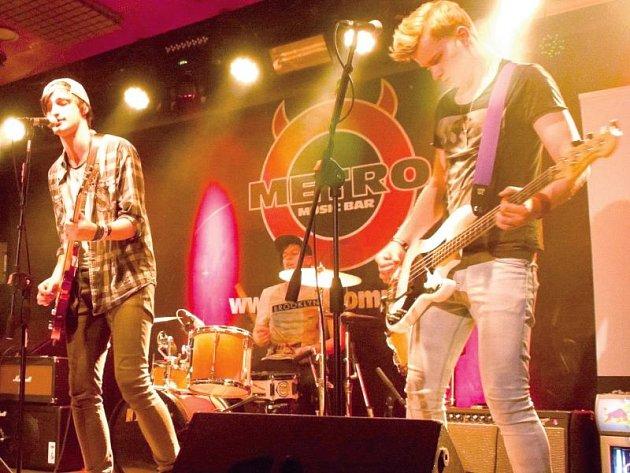 Minute to Escape z Bruntálu při soutěžním vystoupení v brněnském klubu Metro Music Bar. Uprostřed zpěvák a kytarista David Piňos.