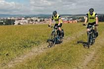 Policejní cyklohlídky v Krnově mohou zasahovat i za sychravého počasí. Umožní jim to cyklistická výbava za 15 tisíc korun, kterou jim daruje město Krnov.