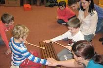 Štěrbinový buben je jedním z netradičních hudebních nástrojů, kterými baví děti speciální pedagog Vlaďka Holásková z Roudna. Na snímku v Mateřské škole ve Starém Městě.