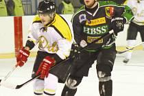 První Winter Classic krajské hokejové ligy vyhráli hokejisté Horního Benešova. Na snímku vpravo Radek Vlašánek.