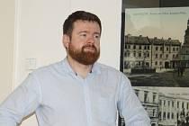 Starosta Krnova Tomáš Hradil dal pokyn k zastavení všech oprav městských bytů a nebytových prostor a požádal policii o prošetření situace.