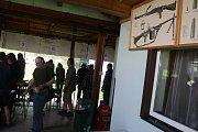 Střelci všech generací, pokročilí i úplní začátečníci, se v sobotu vydali na krnovskou střelnici. Lákala je nabídka prohlédnout si na sedmdesát různých zbraní a případně některé hned otestovat.