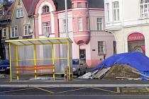 Nová autobusová zastávka před Kauflandem na Opavské ulici v Krnově souvisí s budováním městských cyklostezek.