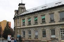 Bývalý Dům služeb v Revoluční ulici v Bruntále býval výstavní budovou města, nyní pouze chátrá a město marně hledá majitele, který by měl fi nance nejen na objekt, ale i na jeho rekonstrukci.