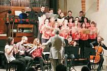 Hudební sdružení Krnov pod vedením Václava Mičky se na charitativním koncertě předvedlo poprvé i v novém sjednoceném koncertním oděvu. Na jeho nákup jim přispěla i krnovská radnice.