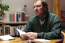 Hejátko při autorském čtení v krnovské knihovně.