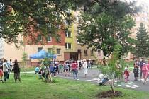 O hodně více dětí než obvykle bylo ve středu odpoledne na hřišti mezi domy v ulicích Jesenické, Petrovické a Budovatelů v Krnově. Otevíralo se zde hřiště s Hrami na chodník.
