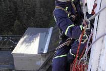 Hasiči musí být připraveni na každou situaci, proto absolvují nejrůznější cvičení. Tentokrát simulovali záchranu uvízlého horolezce.