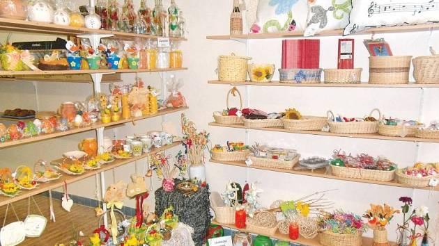 Velikonoční trhy v Osoblaze přilákaly řadu vystavovatelů. K vidění byly ukázky pletení tatarů, malování na vajíčka a řada stánků s velikonočním zbožím. Své místo zde mají také výrobky, které vytvářejí klienti terapeutických dílen Harmonie.