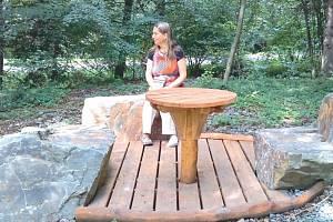 Lesní hřiště u Hájnických rybníků má novou podobu. Dominuje mu altán s trávou na střeše a s mechem ve vydlabané kládě pod okapy. Originální je využití velkých balvanů z lomového kamene jako sedačky či umývadlo.