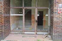 Opuštěná budova interny v areálu bruntálské nemocnice léta chátrala. Jejím novým majitelem se stala Slezská diakonie, která nyní připravuje projekt na opravu.