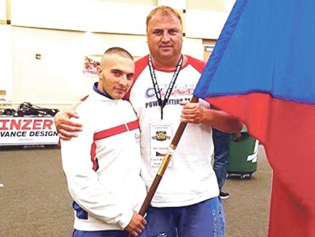 Tomáš Juříček (vlevo) ukázal, že patří k velkým talentům silového trojboje. Na snímku s reprezentačním trenérem.