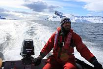 Pavel Kapler z Bruntálu při svém prvním pobytu v Antarktidě. Člun je pro vědce na ostrově nezbytným dopravním prostředkem.