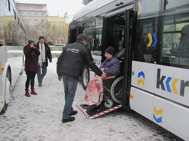Elektrobus a dva další nízkopodlažní autobusy.