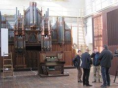 Novogotické varhany staré 140 lety prošly v Krnově generálkou a získaly moderní elektrotechniku. Teď už je čeká rozložení a transport do Německa. V prosinci poprvé zazní na svém novém působišti v berlínském kostele Santa Afra.