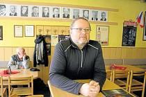 Krnovský pivní bar Prezident je místo, kde hosté sledovali prezidentské volby obzvlášť pozorně. Lokálu, kam se chodí na pivo a na kus řeči, totiž dominuje galerie všech československých a českých prezidentů.
