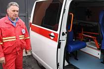 Interiér nové sanity vrbenské dopravní zdravotní služby Hori obsahuje také automatický defibrilátor a je plně klimatizovaný. U vozu jednatel firmy Petr Riedel.