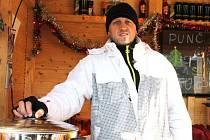 Tomáš Novák působí v Bruntále dvacet let jako holič, dva roky to nyní úspěšně zkouší i jako prodejce nápojů při bruntálských trzích a oslavách.