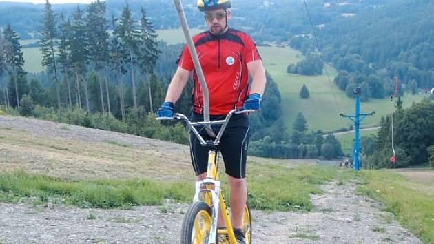 Trať si mohou vyzkoušet nejen cyklisté, ale i koloběžkáři. Na vrcholek je vyveze vlek.