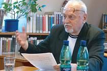 Zdeněk Jeník na besedě v krnovské knihovně, která byla uspořádána k vydání knihy Jaroslava Krejčího Dialog s nepřítelem o nepřátelství a míru. Krnované na něj budou vzpomínat především jako na ředitele pedagogické školy.