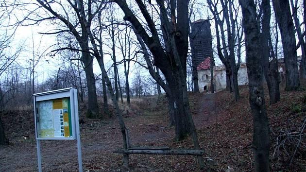 Infotabule v Pelhřimovech je dnes už minulostí. Opuštěný kostel sv. Jiří touto tabulí označil Mikroregion Krnovsko v rámci projektu na posílení turistického ruchu. Možná nebyl dobrý nápad dát na tak opuštěné místo vitrínu z hliníku.