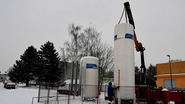 Zvýšená spotřeba kyslíku v krnovské nemocnici si vyžádala nové plynojemy s dvojnásobnou kapacitou.