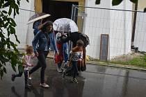Ruda u Rýmařova 1. srpna 2021. Poutníky, kteří se přijeli modlit na  významné poutní místo, zaskočil vydatný déšť.