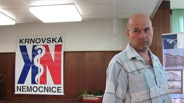 Krnovská nemocnice představila novinářům teraristu a herpetologa Vojtěcha Dzika, kterého uštkla kobra monoklová. Vyláčil se téměř bez následků, jen má oteklou ruku a v ní sníženou citlivost.
