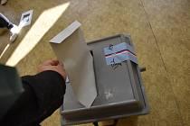 Hlasování ve volební místnosti v přízemí krnovského gymnázia, pátek 8. října 2021.