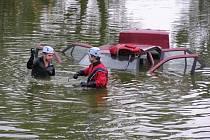 Hasiči v utopeném autě hledali řidiče, který mezitím vyspával.