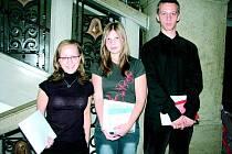 Tři studenti Gymnázia Bruntál, kteří včera převzali cenu Ernsta Berla za své mimořádné studentské úspěchy. Tereza Michalová, Tereza Hrabčáková a Viktor Komárek (zleva) stojí na schodech své školy.
