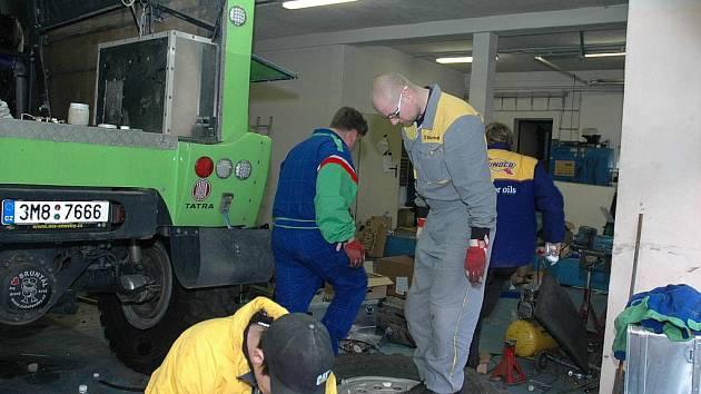 Odjezdu na Dakar předcházela pečlivá příprava v bruntálské autodílně Martina Kolomého i závodní příprava v Česku, Tunisu i na Slovensku.
