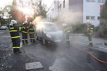 Automobil se vzňal v pondělí v ulici U Elektrárny v Bruntále.