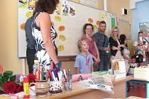 V základní škole na Janáčkově náměstí v Krnově se v tomto školním roce otevřely tři první třídy. Paní učitelka v 1. C měla pro děti připraveno pasování na prvňáčky.