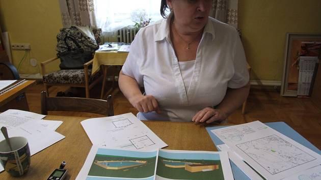Starostka Široké Nivy Alena Máteová ukazuje návrhy plánovaného hřiště.