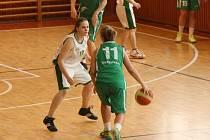 Krnovské basketbalistky si doma poradily s třetím týmem tabulky, SBŠ Ostrava. Na snímku Petra Pizurová (v bílém) brání ostravskou rozehrávačku.