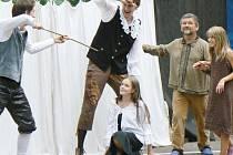 Představení Kníže hvězd aneb o Valdštejnovi, té šelmě proradné mělo ve Vacenovicích na jižní Moravě úspěch. V sobotu se představí i domácímu krnovskému publiku.