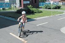 Petr trénuje jízdu na kole na dopravním hřišti Střediska volného času Méďa v Krnově. Zajdou sem s rodiči a bratrem Matyášem vždy, když do Krnova přijedou.
