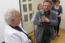 Martin Strakoš při křtu Průvodce architekturou Krnova se dlouho zdráhal, zda může tak krásnou knihu polít šampaňským.