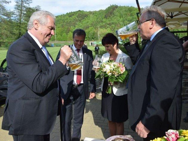 Prezident Miloš Zeman si v Hanušovicích připil pivem s předsedou představenstva pivovaru Holba a pak odepsal nápad na vybudování tunelu pod Červenohorským sedlem.
