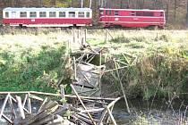 Osoblažská úzkokolejka nabízí cestujícím výhled na most, který se 8. listopadu zřítil do řeky i s polskými turisty. Mohl si ho prohlédnout také prezident Miloš Zeman, když projížděl Osoblažkou přes Bohušov.