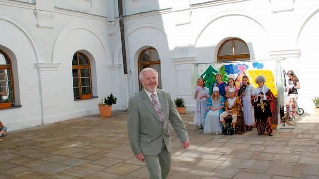 Nová sezona na linhartovském zámku byla zahájena za dohledu dvoučlenné zámecké gardy. Na nádvoří se představili i školáci z Města Albrechtic s pohádkou.