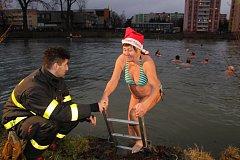 Na Boží hod vánoční proběhl v Bruntále na Kobylím rybníce dvanáctý ročník přehlídky otužileckého plavání Bruntálský krystalek.