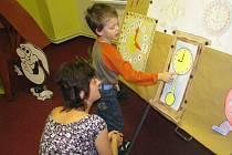 Zápisy do prvních tříd již proběhly ve Městě Albrechticích, v Krnově se konají dnes a zítra. Školy pro tuto událost připravují program, který má nastávající prvňáčky motivovat, aby se do školy těšili.